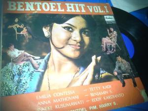 Album debut Bentoel Band mengiringi Emillia Contessa,Inneke Kusumawati dan Benyamins (Foto DennySakrie)